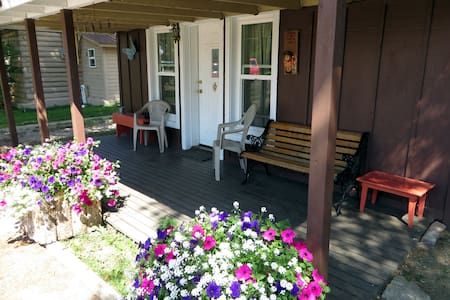 Historic Cozy Cabin in downtown Pinedale - THE PERFECT SAFE SHELTER -IN-PLACE
