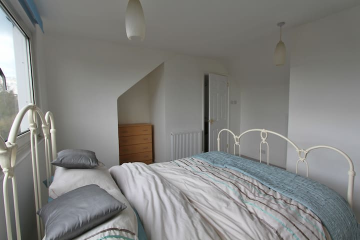 Spacious Double Bedroom + Ensuite - Hertford - Ev