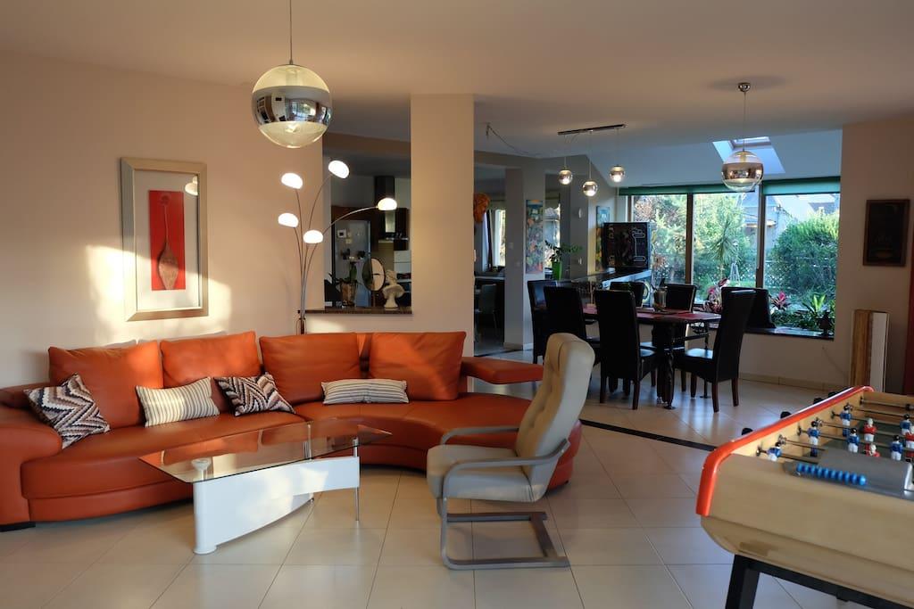 Salon/séjour/cuisine commune au rez-de-chaussée (70m²)