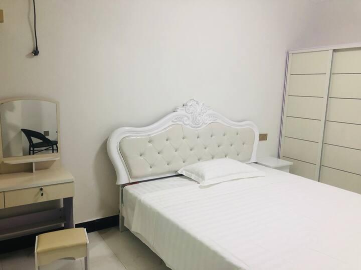全新豪华装修公寓  租金实惠日租月租皆可 领包入住 专人管理   吉祥公寓欢迎你。