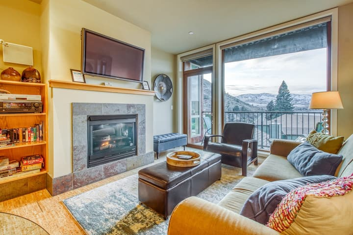 Lovely condo with shared hot tub/pool, lake views, walking distance to water!
