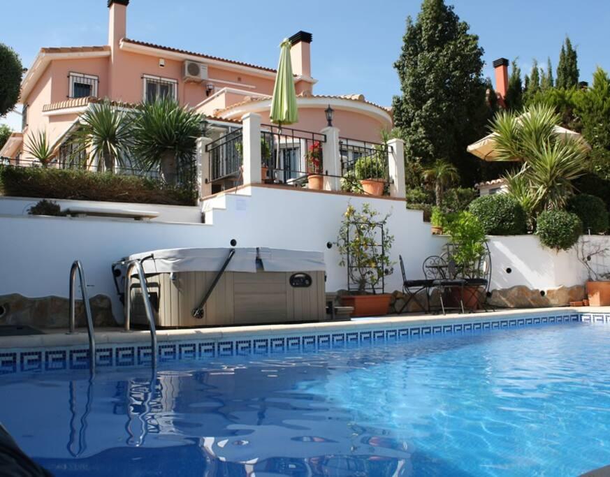 Stunning villa with pool & jacuzzi