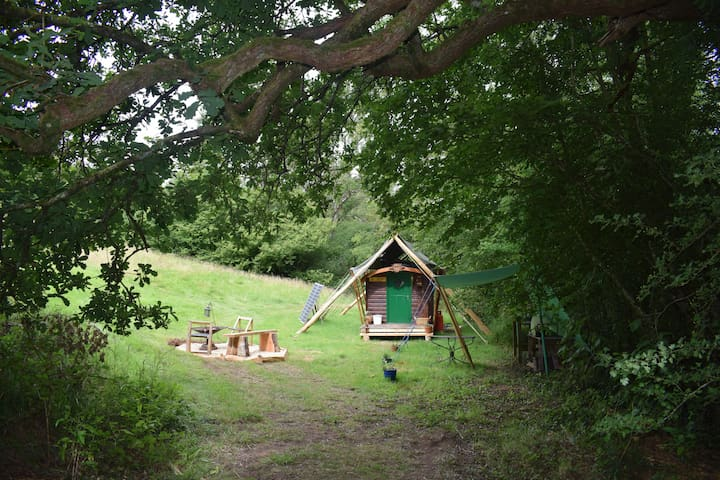 Quirky wooden showmans in pretty secluded valley