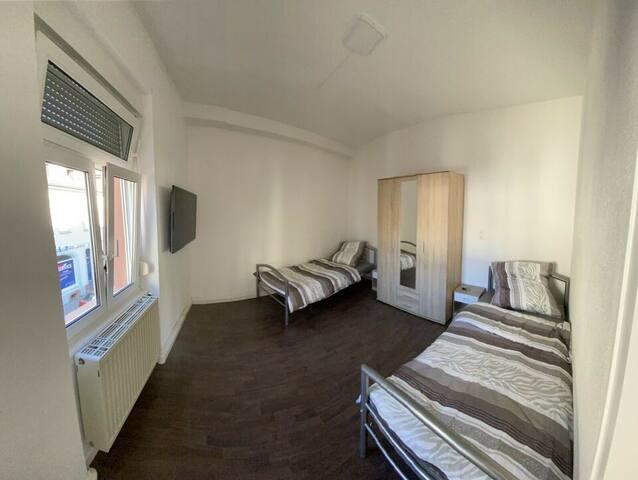 Schlafzimmer mit Smart-TV und Kleiderschrank