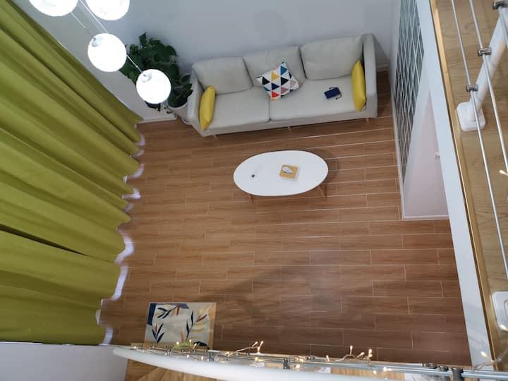 【柠黄+普白】,LOFT整套。柔软大床,娴静;超百寸投影,安逸。坐标杉杉IN象,近月河景区。