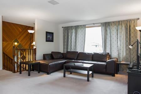 3 bedroom main-floor suite w/ King. - Sherwood Park - Casa