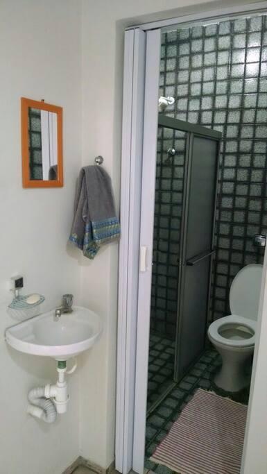 Banheiro social para uso exclusivo dos hóspedes
