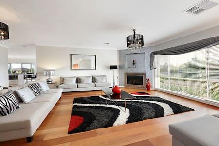 Huge Luxury Home for Groups near Monash +Chadstone
