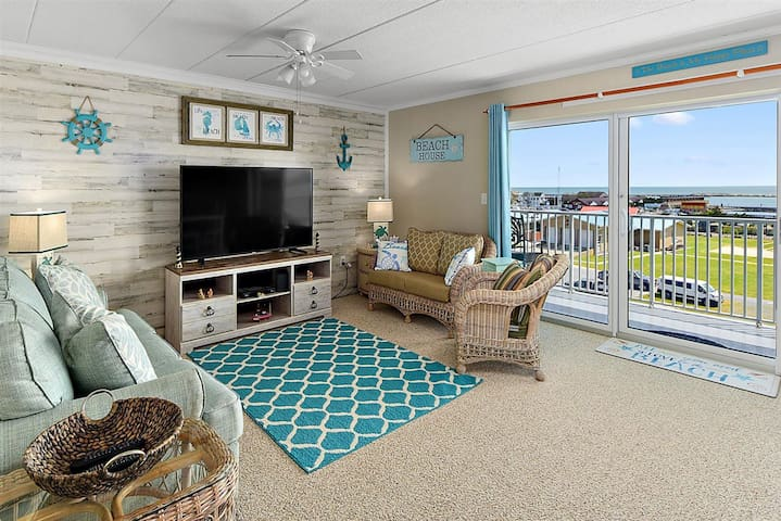 Sunsets for days! Beautiful 2 Bedroom with views of inlet