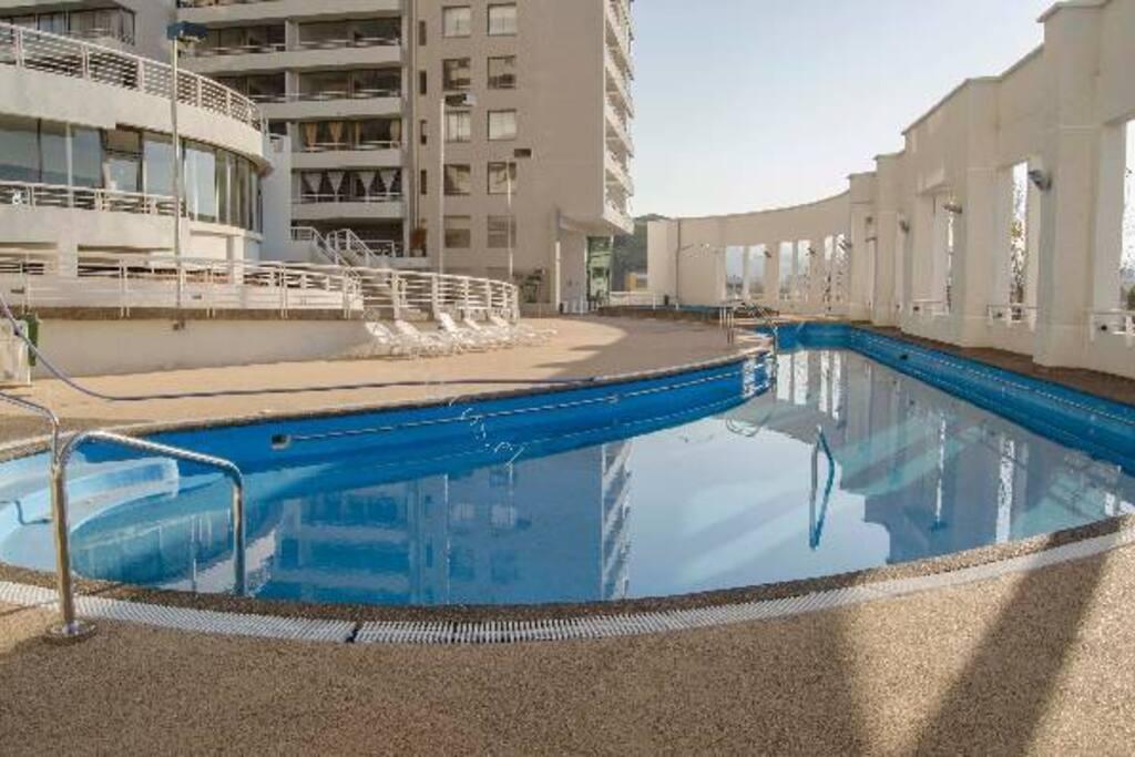 2 piscinas una para niños y otra para adultos, reposeras y baños.