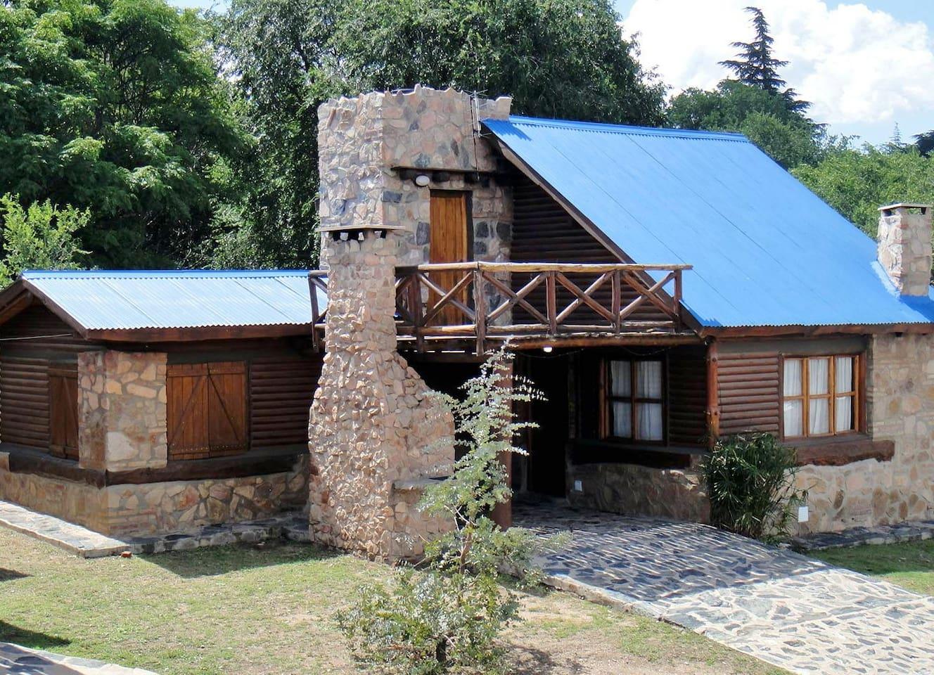 Cabaña de tronco de 90 m2. 2 habitaciones, TV led 32, aire acondicionado, cocina, helader, wifi