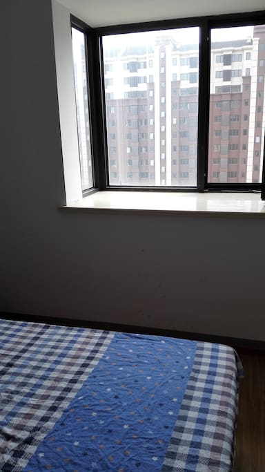 客房内宽大窗台,朝南向窗户,可以看到小区郁郁葱葱的景色