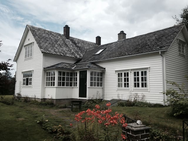 Sjarmerande gammalt hus sentralt i Rosendal