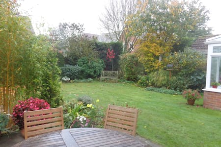 Comfortable double bedroom with private bathroom - Thame