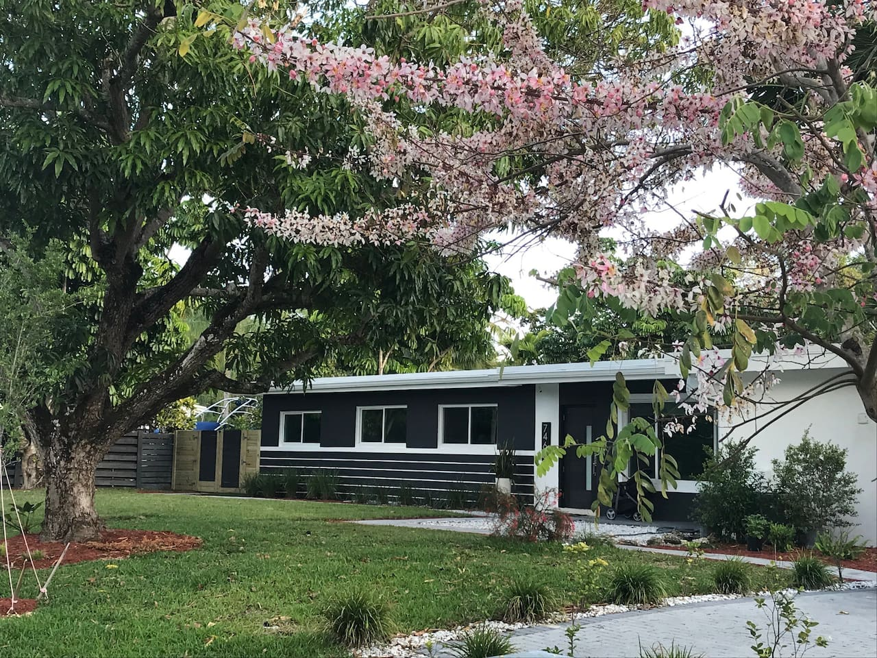 Residential quiet neighborhood. Private access of the rooms from each side of the house.
