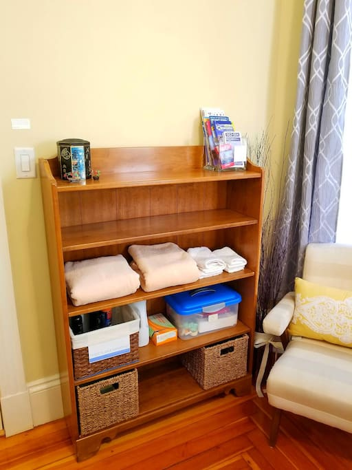 In your room you'll find maps, towels, commonly forgot items, detergent and a first air kit with earplugs.