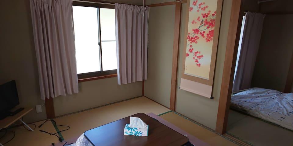 101  和室  居間6畳 二人分は4.5畳   三人目から寝るときは、ここに布団をセットしてください!  冬はコタツをセットしておきます。  4人様利用が多く、ふすまをはずして使ってます。