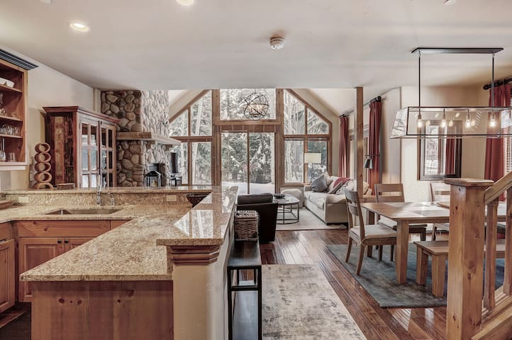 High Ceilings, Natural Light- 3 Bedroom Arrowhead Village