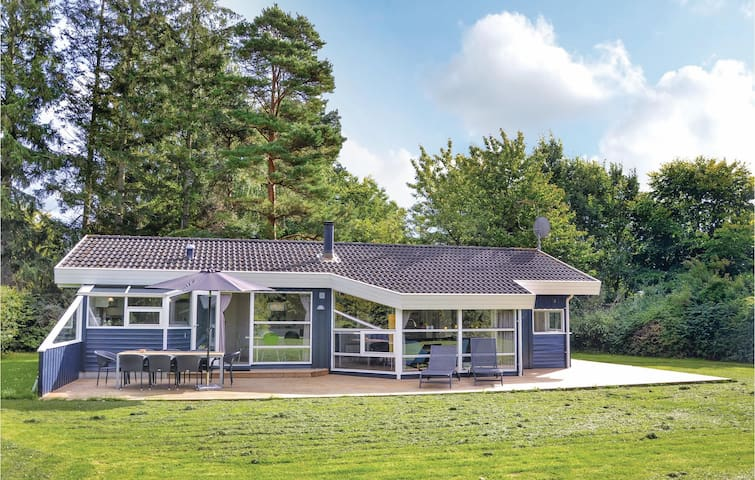 Holiday cottage with 4 bedrooms on 98m² in Dronningmølle