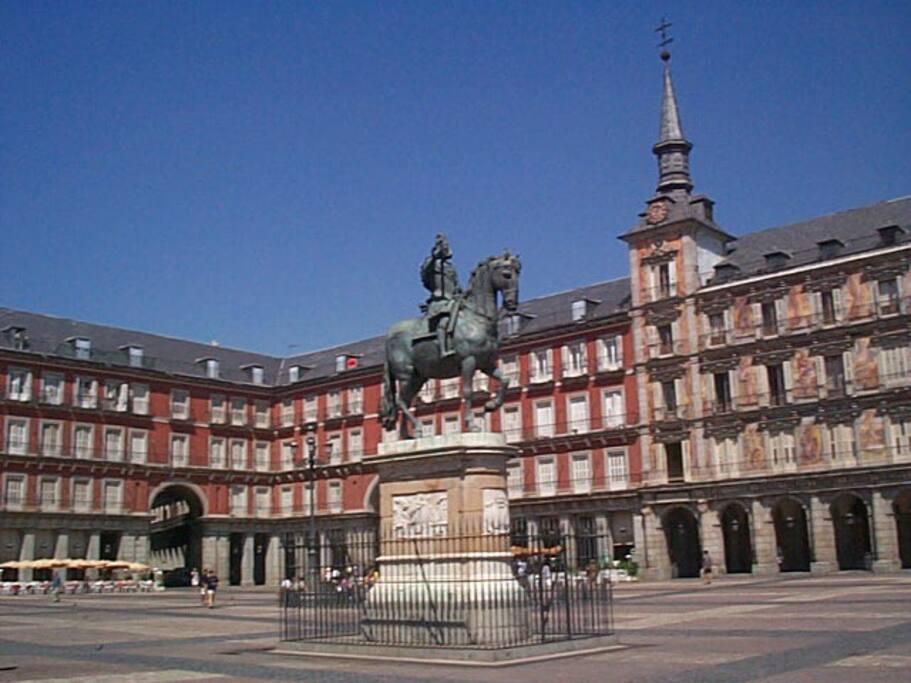 Plaza Mayor a 1 minuto del piso.