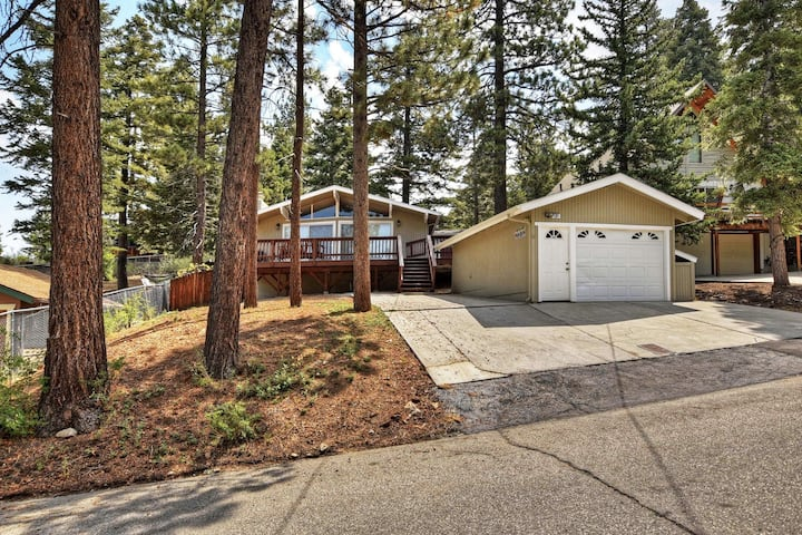 Open Air: Walk to Bear Mtn, Zoo, and Golf Course! Open Floor Plan! Cable TV! BBQ! Deck! Fireplace!