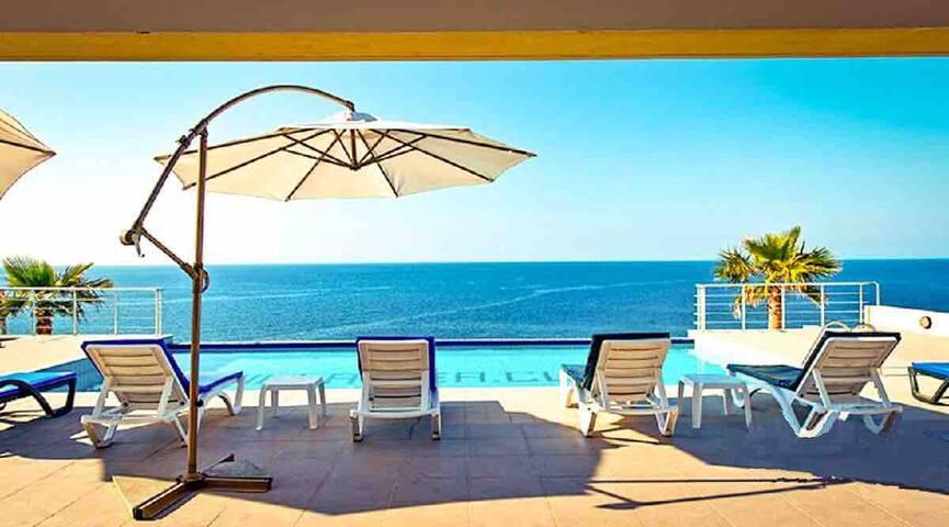 Mediterranean Villa w/Infinity Pool