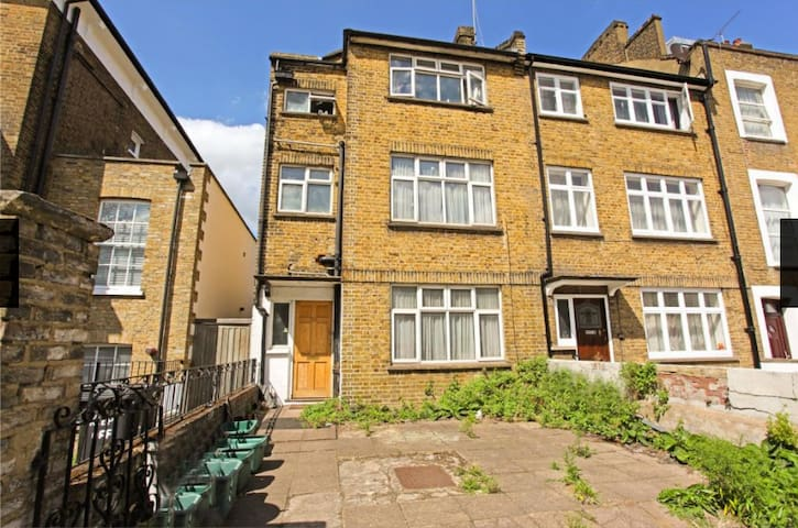 Independent double room in friendly London house:)