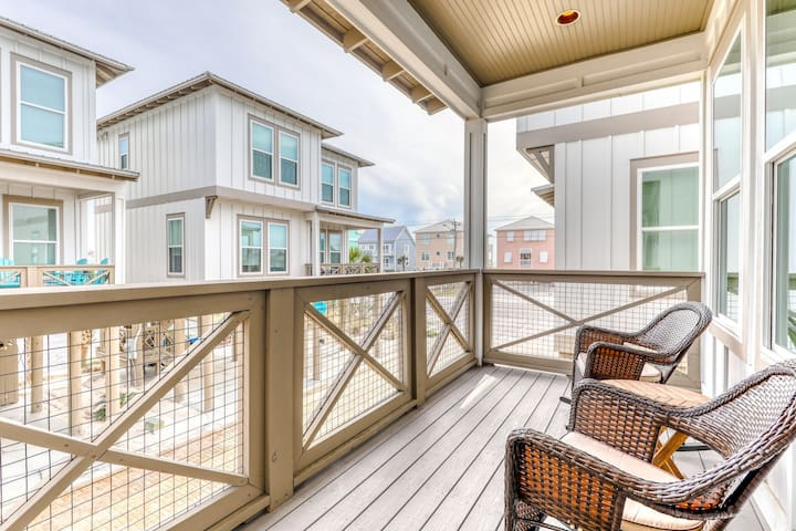 Charming beach cottage w/ shared pool & fishing dock - near shops & dining!
