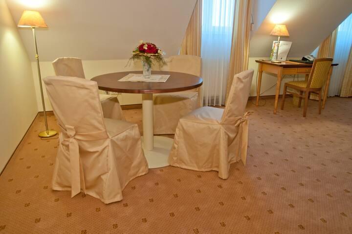 """Parkhotel Altmühltal GmbH & Co. KG (Gunzenhausen), Hochzeitssuite """"Rothsee"""" mit seperaten Wohnzimmer im modernen Landhausstil"""