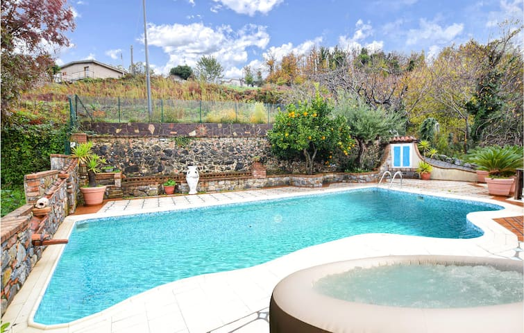 Semi-Detached with 4 bedrooms on 350m² in Papasidero