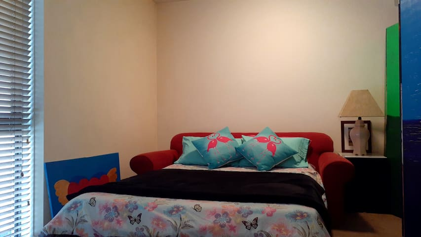 South Yarra Comfortable Lounge for Females Only!