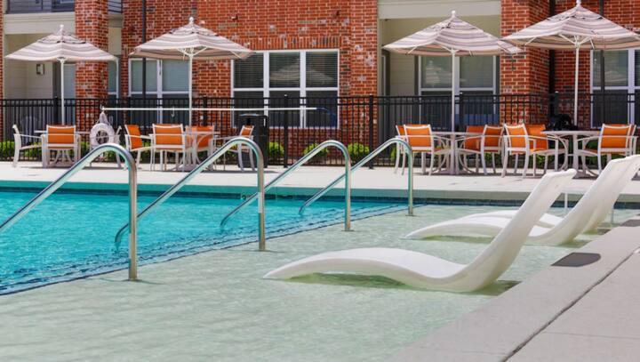 Modern Nashville Dwelling super pool/free parking