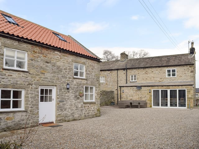 Peartree Cottage & Granary (UK2117)