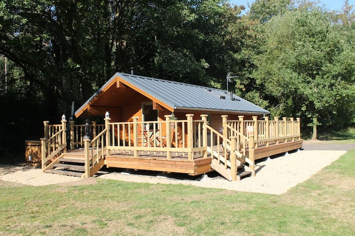 Oak Lodge with wood-fired hot tub, perfect for 2!