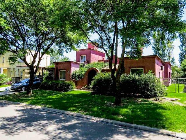 Casa con pileta y jardin en Villanueva , Tigre .