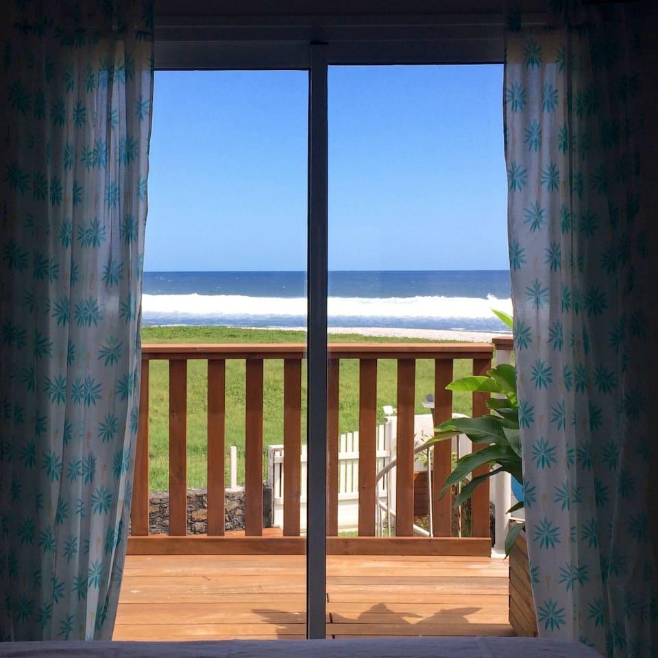 """La vue de votre lit ! C'est le gros """"atout charme"""" de la Villa SoLagon. Chaque pièce est tournée vers l'océan."""