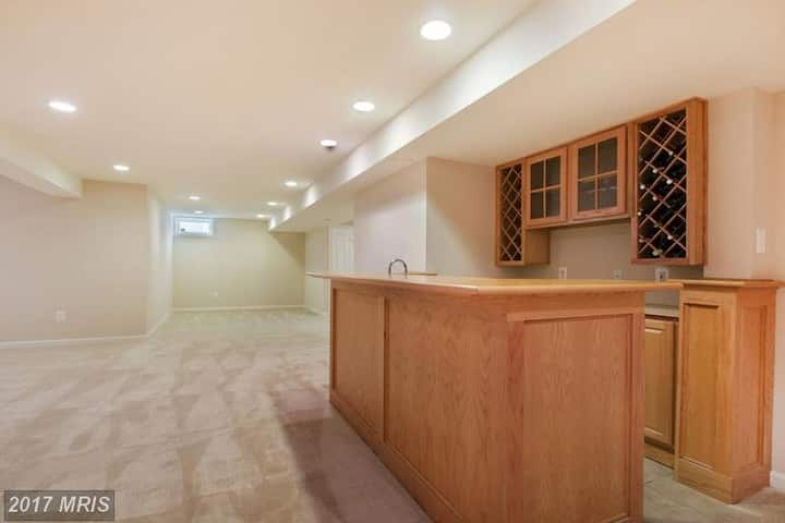 Large Private Basement in Boyds