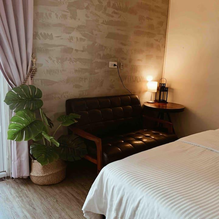 屏東星光1F溫馨雙人床。鄰近於屏東大學民生校區屏商校區及演藝廳之平價休憩別墅。