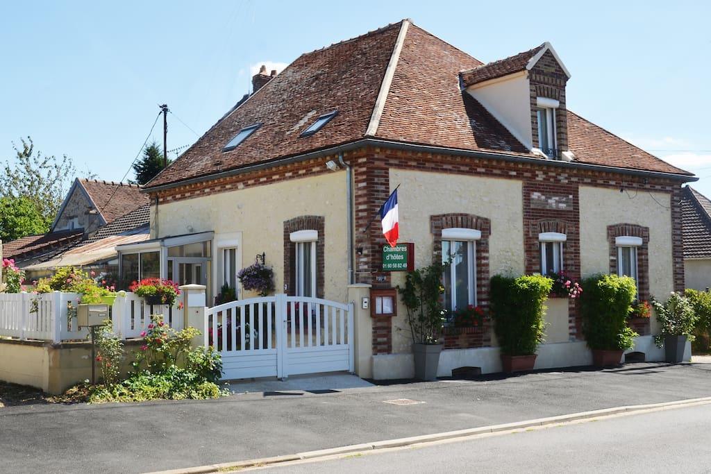 Maison d 39 h tes de villiers guesthouses for rent in for Maison d en france ile de france