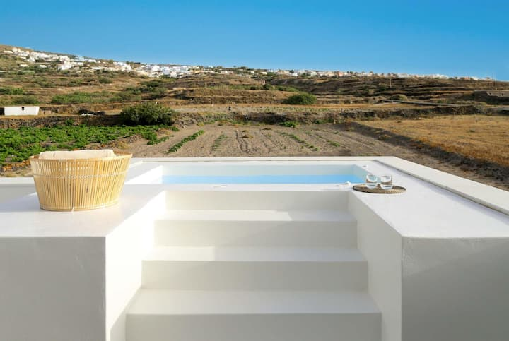 Sea views, plunge pool, complementary breakfasts