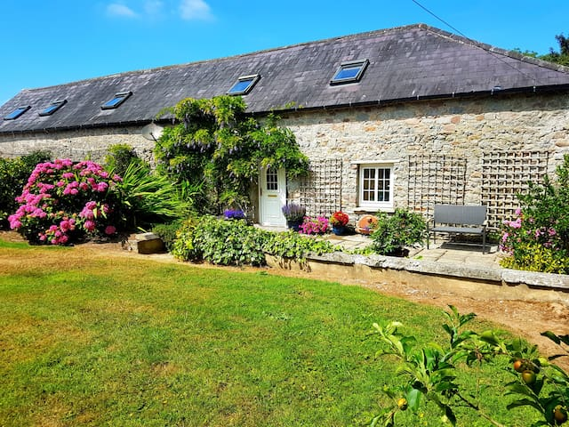 Rossa Farm Cottage with front garden.