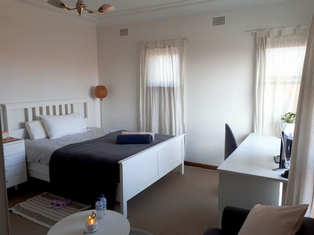 Master room w/lounge by Airport St George Hospital