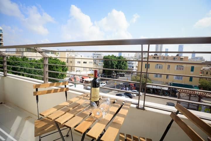 Luxurious Bauhaus Suite - Carmel Market View!