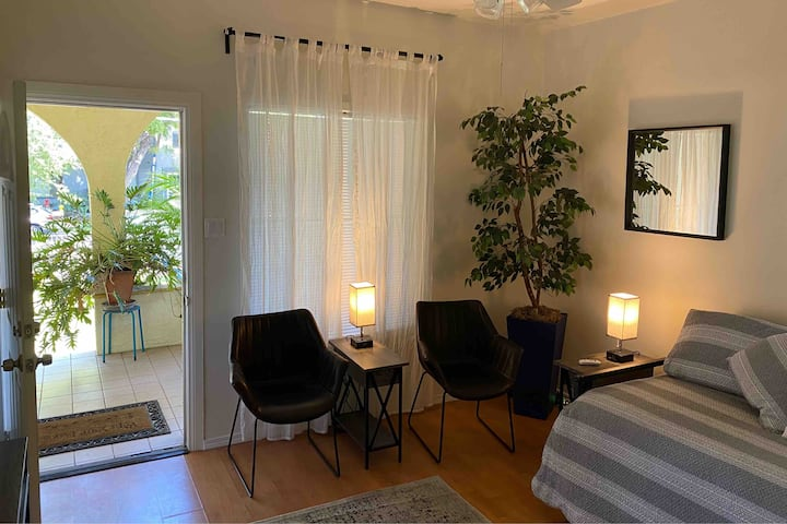 Pasadena Apt - Walk to Old Town! 30 Day Min Req