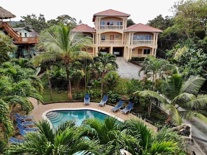*Beach Villa, Pool, Kayaks & amazing snorkeling!