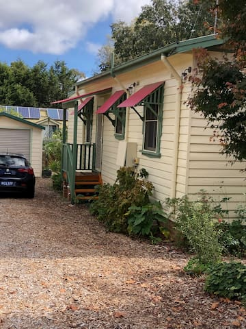 Glenlee Cottage. A well positioned place to relax
