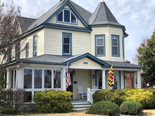 04 Chesapeake Sunset Suite - Solomons Victorian Inn