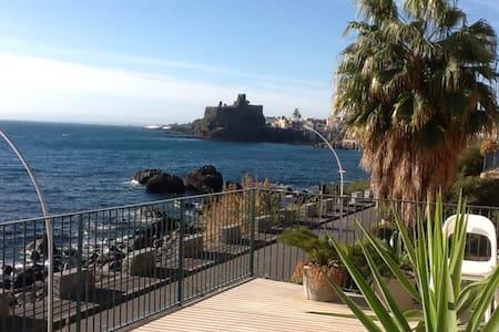 Prua sul mare - Aci Castello