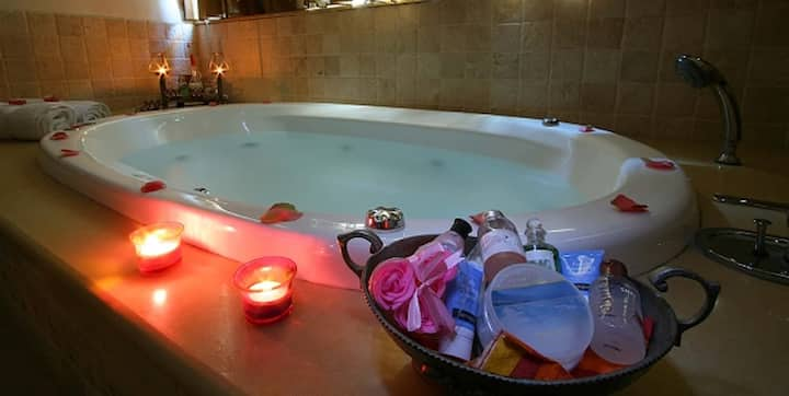 Romantic Flat with Huge Jacuzzi in Great Location
