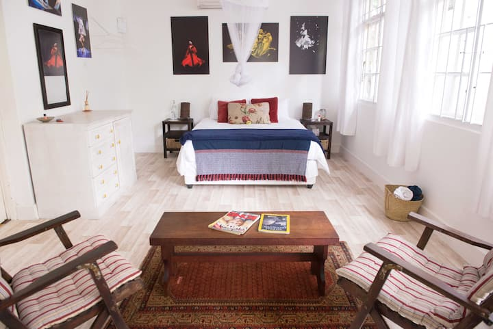 Val's Spacious room in family home